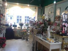 Au Jardin de Giverny ,société de fleurs et cadeaux à remette situation du magasin au centre d'Yvoir ,près du CHU de Mont-Godinne Province de Namur