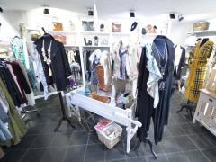 Magasin de prêt-à-porter, chaussures et accessoires à reprendre dans la ville de Durbuy Province du Luxembourg n°3